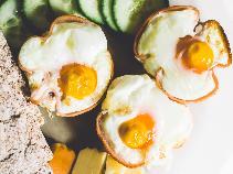 Szybki obiad z jajkiem sadzonym i młodymi ziemniakami - propozycja na błyskawiczny, prosty obiad