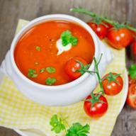 Zupa pomidorowa z mleczkiem kokosowym: pomidorówka z orientalnym akcentem [WIDEO]