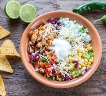 Sałatka z nachosami - warstwowa sałatka meksykańska z kurczakiem [WIDEO]