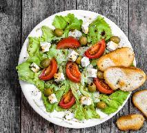 Surówka z sałaty lodowej z pomidorami i fetą: dobry przepis