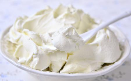 Delikatny i puszysty krem twarożkowy do tortu