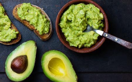 Pasta z awokado: przepis na domowe guacamole do kanapek