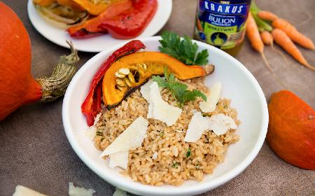Pieczone warzywa z risotto na bulionie warzywnym: przepis na zdrowe danie