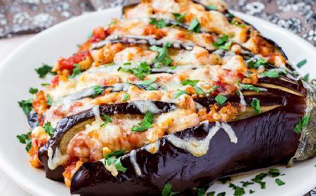 Przepis na zapiekane bakłażany z pomidorami i parmezanem