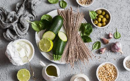 Sałatka z cukinii z orzeszkami piniowymi i serem dojrzewającym: przepis
