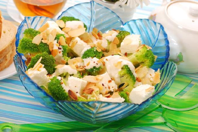 Sałatka z brokułami, serem feta i migdałami [przepis]