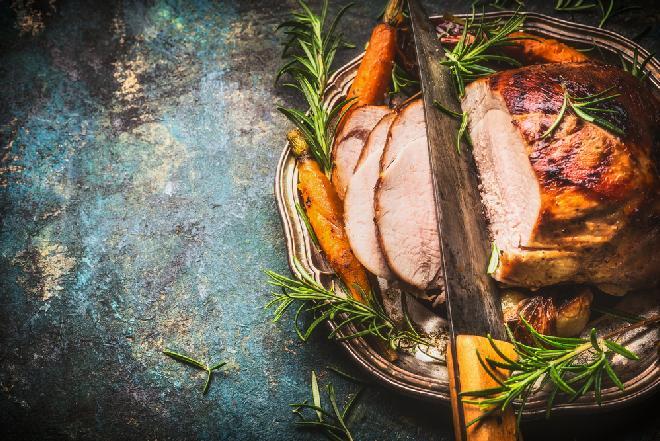Szynka pieczona: przepis na pyszne danie mięsne