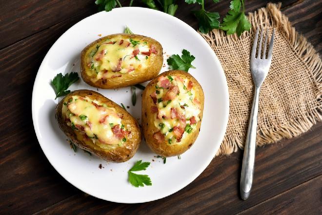 Ziemniaki nadziewane szynką i serem: prosty przepis + WIDEO