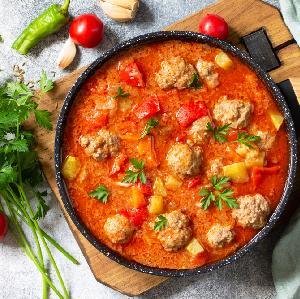 Meksykańska zupa warzywna z klopsikami: pyszne i oszczędne danie jednogarnkowe