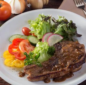 Schab karkowy w sosie własnym na obiad: karkówka w sosie własnym [przepis]