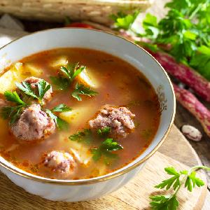 Jarzynowa z fasolowymi klopsikami: przepis na pyszną zupę z pulpetami z fasoli