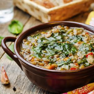 Zupa ze szpinaku i soczewicy: przepis na pożywne danie nie tylko dla wegetarian