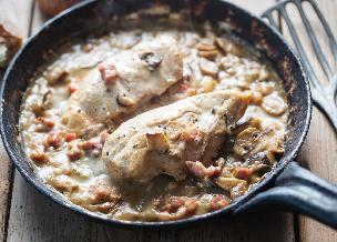 Soczysta pierś kurczaka w kremowym sosie z pieczarkami i boczkiem