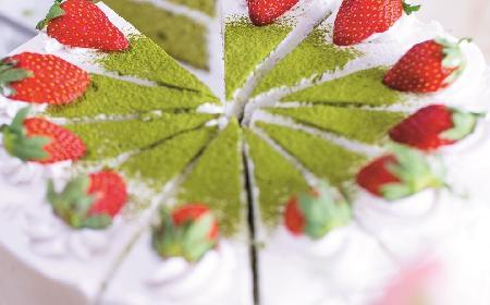 Tort Matcha: zielone ciasto z kremem śmietanowym