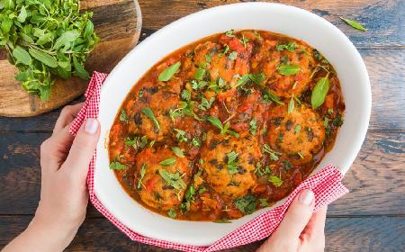 Mielone z mięsa i ryżu pieczone w sosie pomidorowym z miętą: przepis na tani i pyszny obiad
