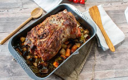 Soczysty schab karkowy pieczony z warzywami: łatwy przepis na wystawny obiad