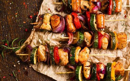 Szaszłyki z łososia, ziemniaków i cukinii: przepis na danie z grilla