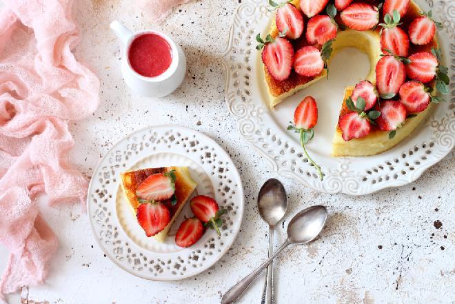 Sernik z kaszą manną, sosem truskawkowym i truskawkami