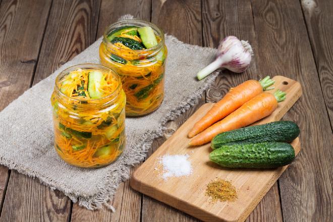 Koreańska sałatka z ogórków i marchewki do słoików na zimę