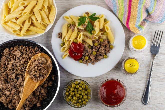 Doskonały makaron z mielonym mięsem i zielonym groszkiem: duża porcja