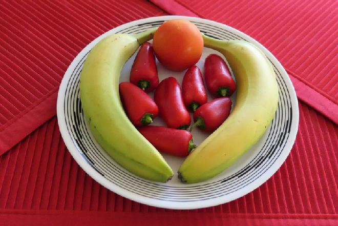 Jak przygotować sałatkę z papryką, cukinią i bananem?