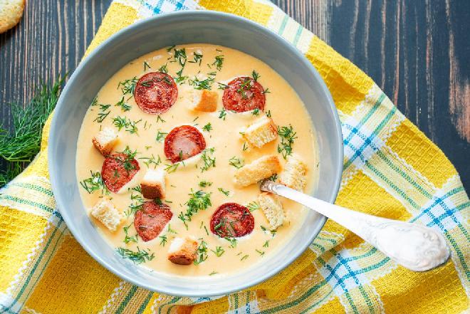 Koperkowa z kiełbasą i serem: przepis na domową zupę