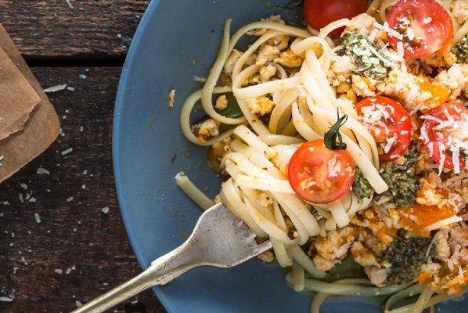 Makaron z sosem pomidorowo-imbirowym: przepis na oryginalne danie rozgrzewające