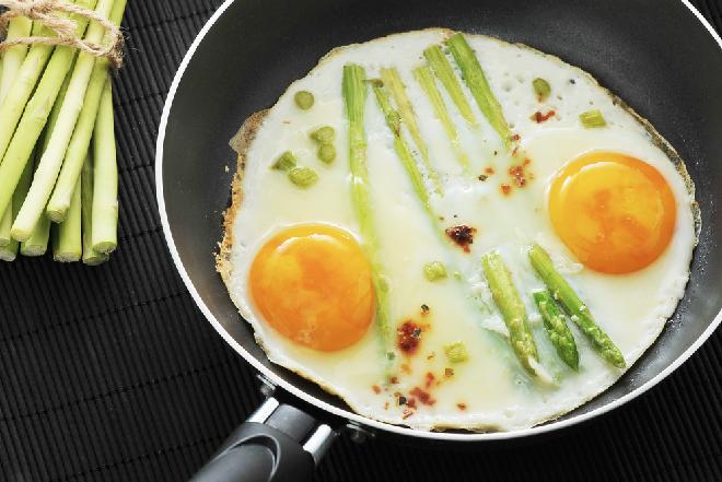 Szparagi z jajami sadzonymi - przepis na pyszne śniadanie